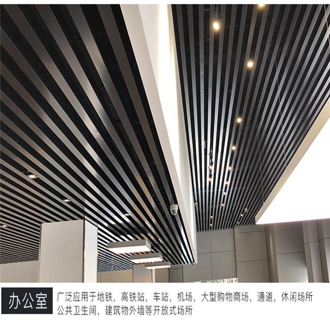 弧型木纹铝方通天花供应商 木纹型材铝方通吊顶安装工价 展厅吊顶棕色铝方通格栅装修效果示例图3
