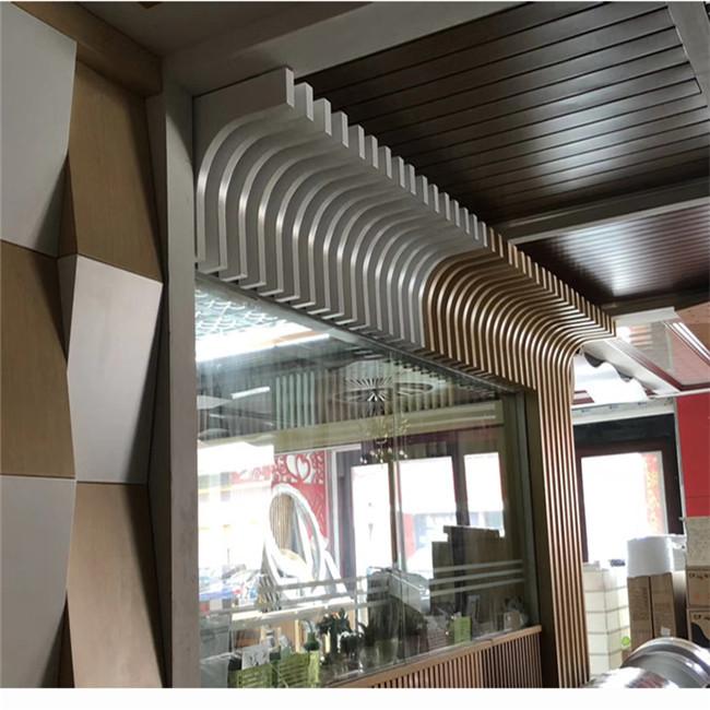 弧型木纹铝方通天花供应商 木纹型材铝方通吊顶安装工价 展厅吊顶棕色铝方通格栅装修效果示例图2