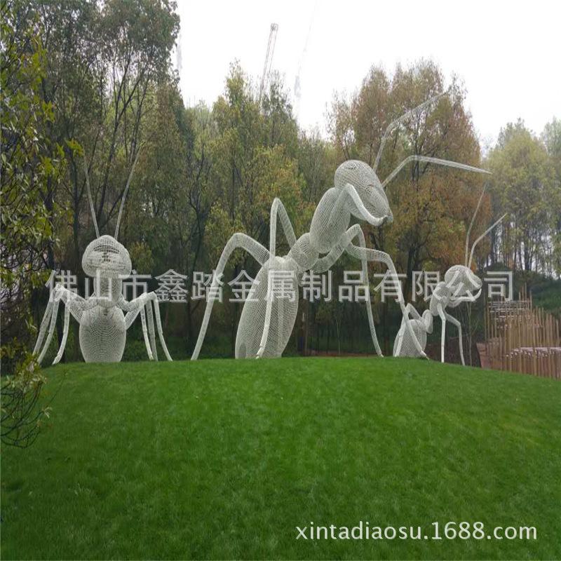 人造草坪大型304不锈钢镂空蚂蚁雕塑 白色氟碳漆表面安装效果图示例图7