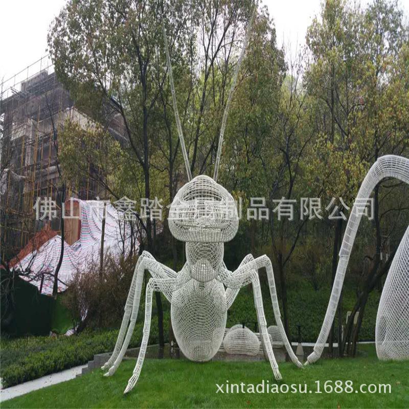 人造草坪大型304不锈钢镂空蚂蚁雕塑 白色氟碳漆表面安装效果图示例图8