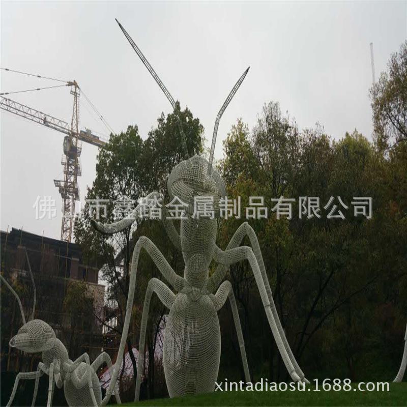 人造草坪大型304不锈钢镂空蚂蚁雕塑 白色氟碳漆表面安装效果图示例图3