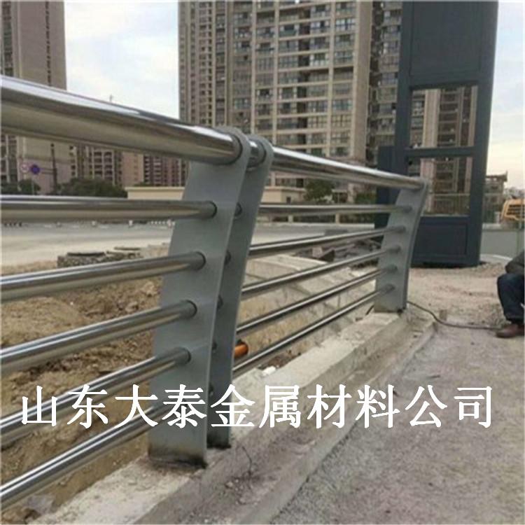 道路橋梁防撞護欄 浙江快速路防撞護欄 304不銹鋼河道欄桿價格