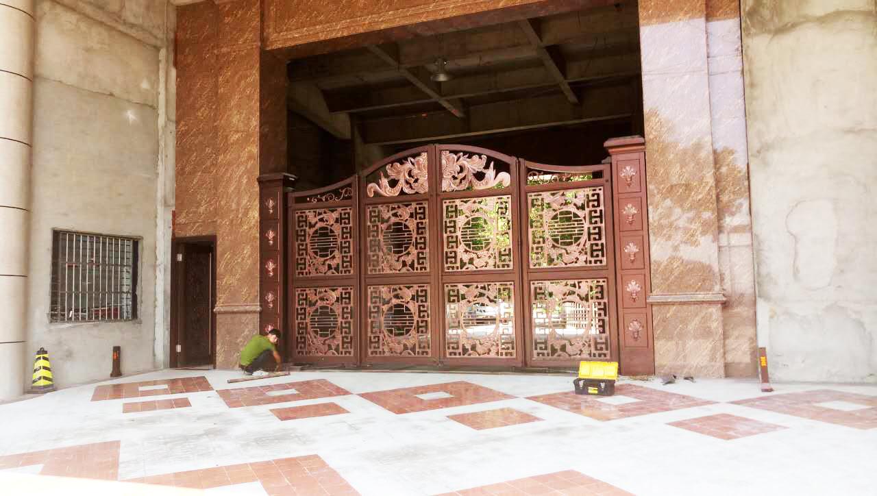 東莞鋁藝精雕懸浮折疊門工程3.jpg