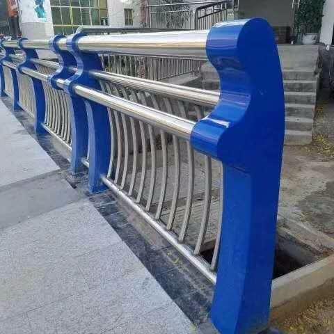 不銹鋼復合管橋梁護欄、橋梁鋼板立柱、201復合管道路護欄、304復合管景觀護欄