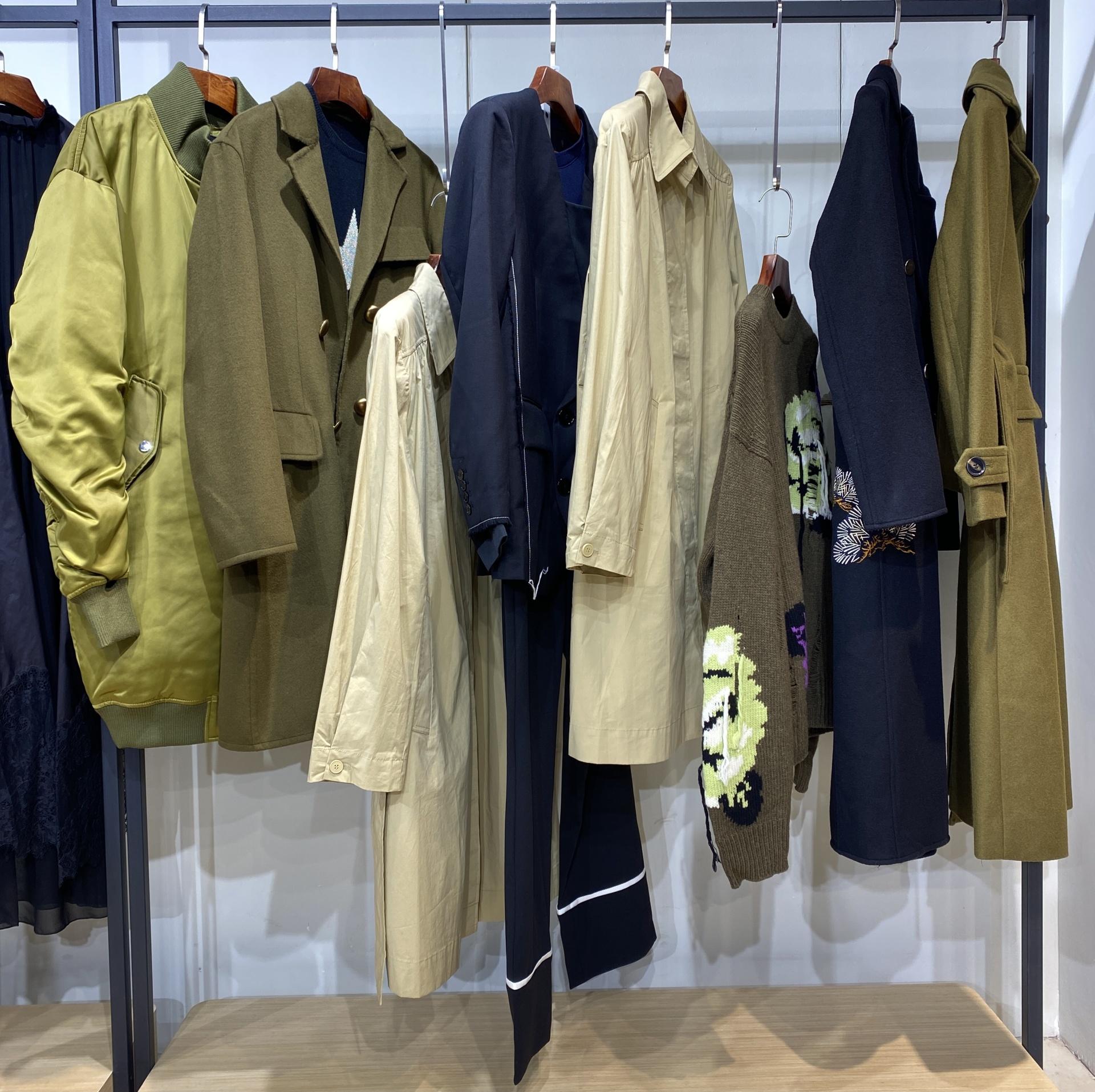 【MO&Co.摩安珂】21冬 入驻万达专柜 90白鸭绒大码羽绒服 实体必备穿搭示例图11